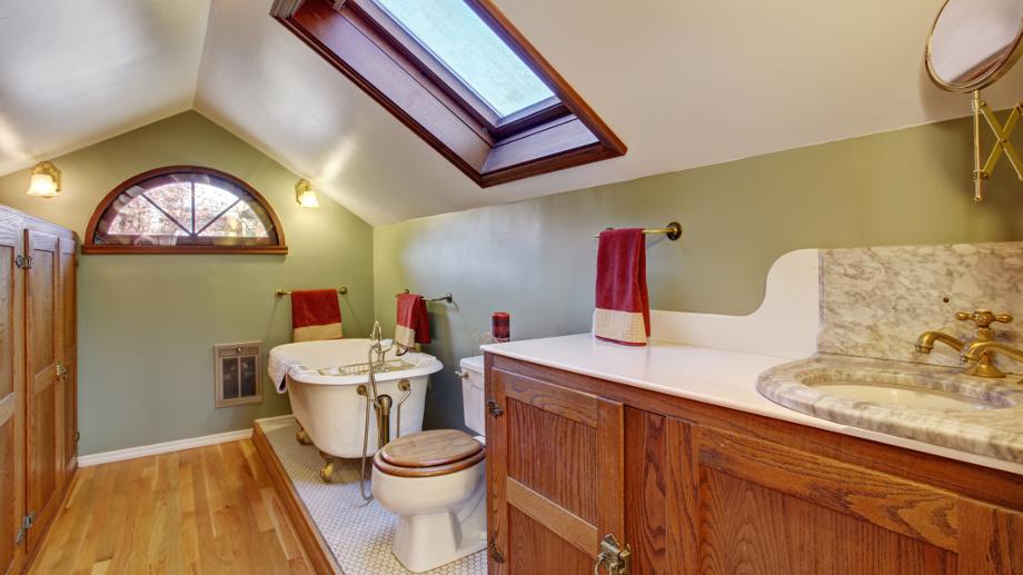 Ako zariadiť kúpeľňu v podkroví?
